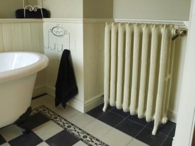 Rococo 3-koloms authentieke rustieke radiatoren. Gietijzeren verwarming klassiek, charmant, oude, retro, radiatoren, gietijzeren, reproductie